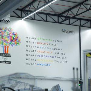 Airopack signing binnen fabriekshal