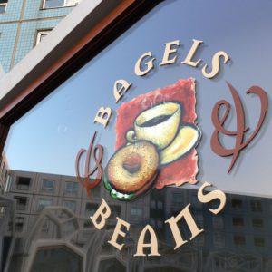 Gevelreclame Bagels & Beans op ruit