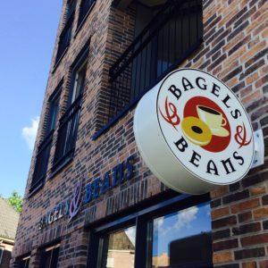 Lichtreclame Bagels & Beans met nieuw logo
