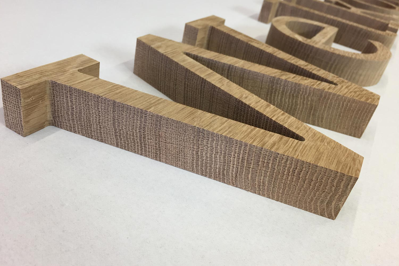 Gefreesd houten logo