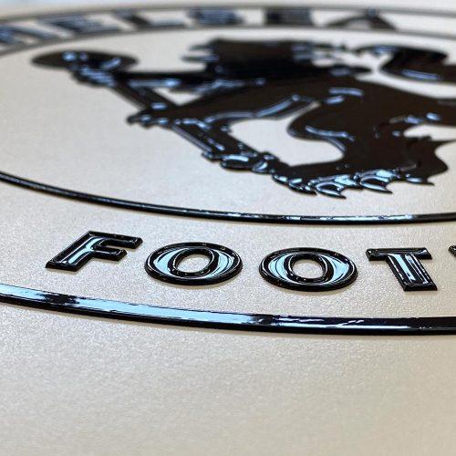 logo print met reliëf
